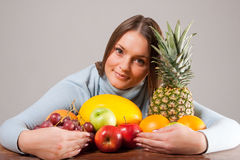 Vrouw met vruchten Stock Foto