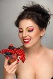 Vrouw met vruchten cocktail Stock Afbeeldingen