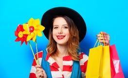 Vrouw met vuurrad en het winkelen zakken Stock Fotografie