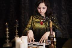 Vrouw met waarzeggingkaarten in ruimte royalty-vrije stock afbeelding