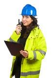 Vrouw met walkie-talkie stock fotografie