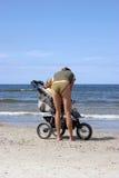 Vrouw met wandelwagen stock afbeelding