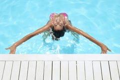 Vrouw met Wapens het Uitgestrekte Glimlachen in Zwembad Stock Afbeelding