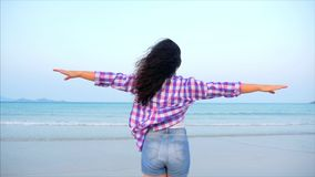 Vrouw met wapens op een tropisch portret van het strandclose-up van Europese mooie leuke donkerbruine, jonge vrouw worden opgehev stock video
