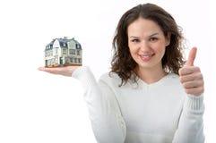 Vrouw met weinig huis op palm stock fotografie