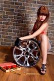 Vrouw met wielportret Stock Foto