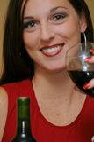 Vrouw met wijnclose-up royalty-vrije stock afbeelding