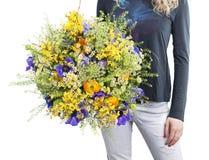 Vrouw met wildflowersboeket Stock Afbeeldingen