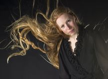 Vrouw met Wind die door Lang Blond Haar blazen Stock Afbeeldingen