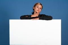Vrouw met wit schild Royalty-vrije Stock Foto's