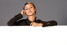 Vrouw met wit schild Royalty-vrije Stock Foto