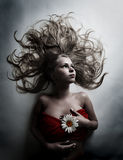 Vrouw met witte bloem van kamille Stock Afbeelding