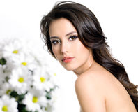 Vrouw met witte bloemen Stock Fotografie