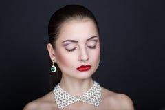 Vrouw met witte halsband Royalty-vrije Stock Fotografie