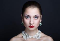 Vrouw met witte halsband Royalty-vrije Stock Foto's