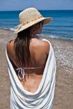 Vrouw met witte handdoek en bonnet bij het overzees Stock Fotografie