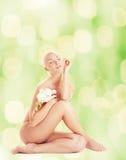 Vrouw met witte orchidee Royalty-vrije Stock Afbeelding