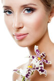 Vrouw met witte orchidee Royalty-vrije Stock Foto's