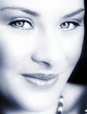 Vrouw met zachte glimlach Stock Afbeeldingen