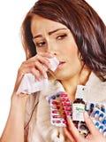 Vrouw met zakdoek die tabletten en pillen heeft. Stock Afbeeldingen