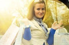 Vrouw met zakken in de boomstam Royalty-vrije Stock Foto's
