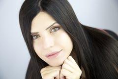 Vrouw met zeer lang zijdeachtig mooi zwart haar Stock Foto's