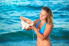 Vrouw met zeeschelp Stock Afbeeldingen