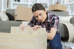 Vrouw met Zelfassemblagemeubilair in Keuken royalty-vrije stock afbeeldingen