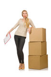 Vrouw met zich dozen geïsoleerd opnieuw vestigen aan nieuw huis Stock Afbeelding