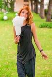 Vrouw met zoete candyfloss royalty-vrije stock foto