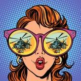 Vrouw met zonnebril militaire helikopter in bezinning royalty-vrije illustratie