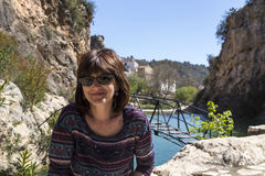 Vrouw met zonnebril op een meer Stock Foto