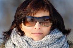 Vrouw met zonnebril zonder make-up in de wintertijd Royalty-vrije Stock Afbeeldingen