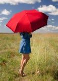 Vrouw met zonparaplu stock afbeelding