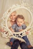 vrouw met zoon stock afbeelding