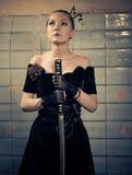 Vrouw met zwaard Royalty-vrije Stock Afbeeldingen