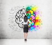 Vrouw met zwart haar en grote hersenenschets
