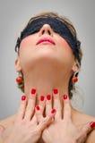 Vrouw met zwart kantmasker Stock Foto's