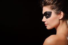 Vrouw met zwart partijmasker Stock Foto