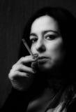 Vrouw met zwart-witte sigaret Royalty-vrije Stock Afbeeldingen