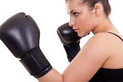 Vrouw met zwarte bokshandschoenen Stock Foto