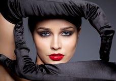 Vrouw met zwarte handschoenen Royalty-vrije Stock Afbeeldingen
