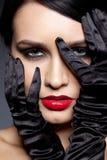 Vrouw met zwarte handschoenen Stock Foto