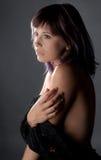 Vrouw met Zwarte Kantstof Stock Afbeeldingen