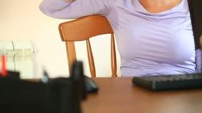 Vrouw met zwetende oksels Meisjeszitting op de werkende plaats in bureau en het zweten stock videobeelden