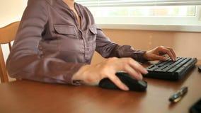 Vrouw met zwetende oksels Meisjeszitting op de werkende plaats in bureau en het zweten stock footage