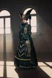 Vrouw in middeleeuws kostuum stock foto