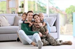 Vrouw in militaire eenvormig met haar familie Stock Afbeelding