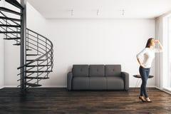 Vrouw in moderne ROM Stock Foto