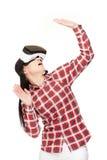 Vrouw in moderne VR-hoofdtelefoon die in cyberspace reizen stock afbeeldingen